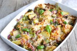Zapiekanka ziemniaczana z brokułami, cebulą, świeżymi ziołami i sosem serowym
