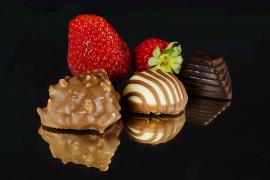 Truskawkowe praliny w białej i ciemnej czekoladzie
