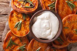 Pieczone bataty podawane z sosem jogurtowym