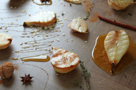 Grillowane gruszki z miodem i prażonymi orzechami nerkowca