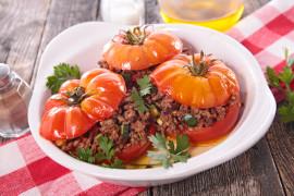 Pieczone pomidory faszerowane mięsem mielonym