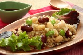 Sałatka z quinoa, czerwoną fasolą i edamame
