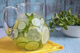 Orzeźwiająca woda z cytryną, limonką i ogórkiem