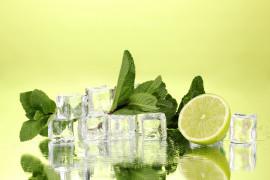 Orzeźwiające kostki lodu – z sokiem z limonki i miętą