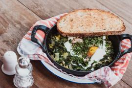 Makaron ze szpinakiem i sadzonym jajkiem