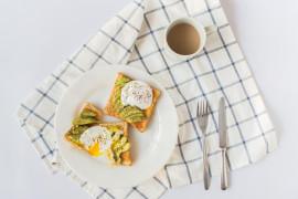 Śniadaniowy tost z awokado i jajkiem w koszulce