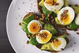 KOLACJA MOCY: kanapka z awokado i jajkiem, z pestkami słonecznika
