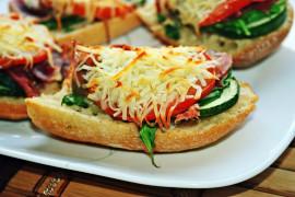 Kanapka z pieczonymi warzywami, zapiekana serem