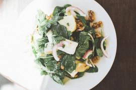 Sałatka z prażonymi orzechami i gruszką
