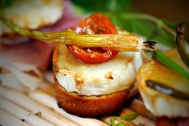 PINCHOS z kozim serem i pomidorem – HISZPAŃSKIE TAPAS