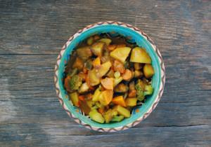 Warzywa duszone w sosie z orzeszków ziemnych