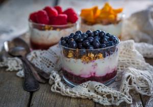 Czterowarstwowe deserki w słoiczkach – idealne na drugie śniadanie