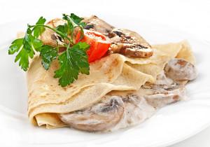 Naleśniki z pieczarkami, serem i sosem czosnkowym