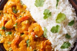 Krewetki w sosie curry z ryżem