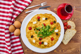 Omlet z oliwkami i mozarellą