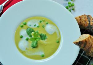 Kremowa zupa z zielonego groszku i mięty