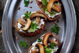 Grzanki z kozim serem, pieczarkami i świeżymi ziołami – idealne do białego wina!