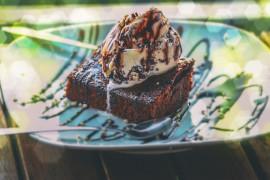 Gorące brownie z lodami waniliowymi
