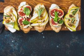Brushetta z kozim serem i owocami