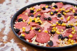 Mięsna pizza z oliwkami