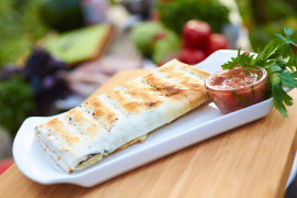 Pita z kozim serem, brokułami i orzechami włoskimi