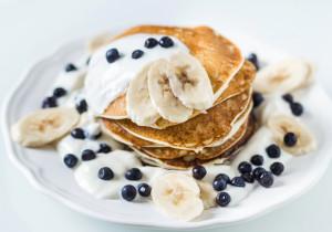 Amerykańskie pancakes z kokosowym jogurtem i owocami