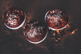 Mocno czekoladowe muffiny z mrożonymi borówkami
