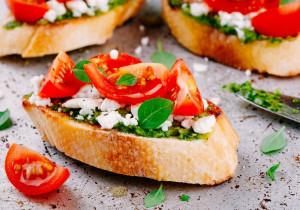 Chrupiąca bruschetta z pesto, kozim serem i pieczonymi pomidorkami