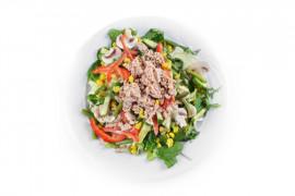 Sałatka z warzywami i tuńczykiem z puszki