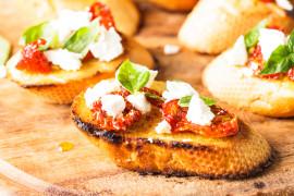 Bruschetta z serem feta i pieczonymi pomidorami
