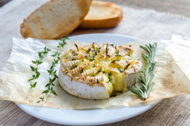 Grillowany Camembert ze świeżym rozmarynem