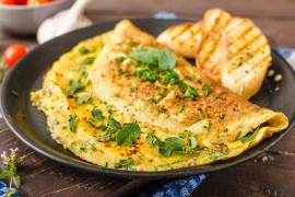 Omlet z jarmużem i serem kozim