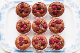 Mocno czekoladowe muffiny z mrożonymi malinami