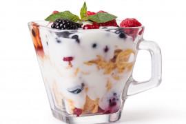 Banalny deser z płatkami kukurydzianymi i jogurtem