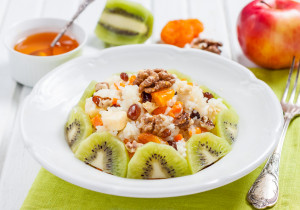 Lekkie śniadanie – płatki ryżowe z miodem i owocami