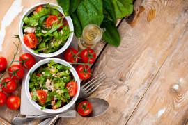 Wegetariańskie miseczki pełne zdrowia – z kaszą bulgur, warzywami i zieleniną