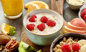 Jogurt śniadaniowy z miodem i masłem orzechowym