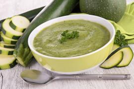 Kremowa zupa z cukinii z dodatkiem jogurtu naturalnego