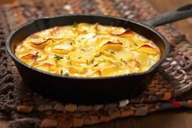 Sycąca zapiekanka z ziemniakami i rybą wędzoną
