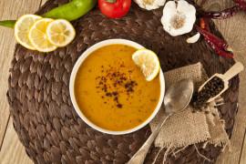 Delikatnie pikantna zupa z czerwonej soczewicy i pomidorów