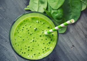 Zielone smoothie z mlekiem ryżowym, bananem i szpinakiem