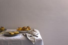 Pieczone gruszki z orzechami, miodem i białym winem