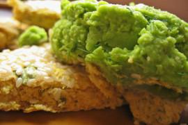 Pasta z zielonego groszku z prażonymi płatkami migdałów