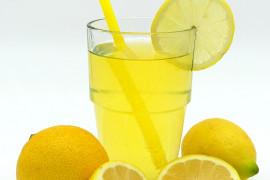 Oczyszczający napój cytrynowy – idealny na początek dnia i na kaca