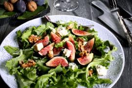 Sałatka z serem pleśniowym, figami i orzechami włoskimi