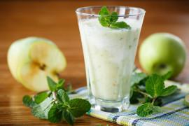 Jogurtowe smoothie z jabłkiem i miętą