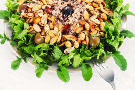 Sałatka z tuńczykiem z puszki, prażonymi orzechami włoskimi i oliwkami