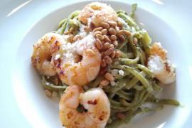 Spaghetti z pesto, krewetkami i orzeszkami pinii