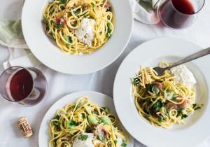 Spaghetti ze sporą ilością bazylii, szynką parmeńską i jajkiem w koszulce