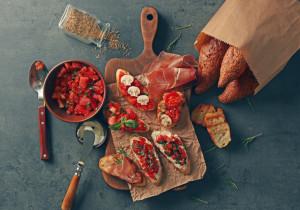 Pyszna bruschetta z pomidorami i papryką